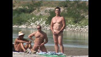 Rubia extranjera en una playa muestra su cuerpo e incita a un hombre a que la folle en el monte
