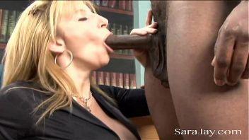 Sara Jay se come una buena polla negra