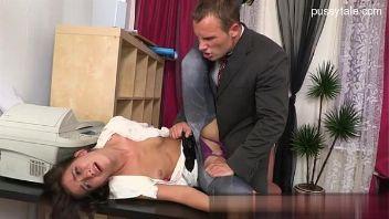 Secretaria es castigada por su jefe cuando la ve rompiendo una herramienta costosa
