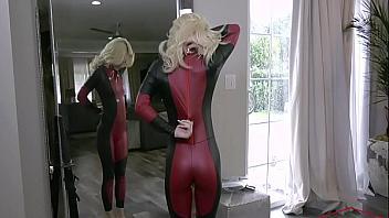 Se folla a la guarra de su hermana mientras va disfrazada de superhéroe