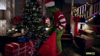 Parodia XXX: El grinch quiere robar la navidad y acaba robando la virginidad a una joven en presencia de sus padres