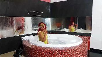 Rica madura peruana en una bañera masturbándose al ver la cámara encendida