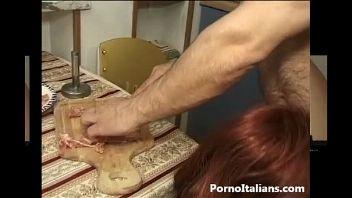 Pareja de pervertidos tienen sexo penetrando un pedazo de carne y la vagina de la perra