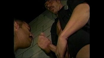 Dos policías aprovechan que la comisaria esta sola para tener sexo con un preso