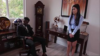 Joven asiática consigue trabajo de secretaria follando con su futuro jefe
