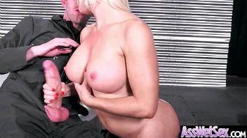 Nikki Delano teniendo sexo duro con su vecino tras verle desnudo en la duchacasado