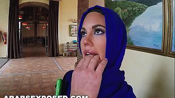 Mujer de la limpieza árabe gana dinero extra follando por el culo