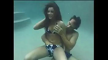 Follando bajo el agua de la piscina, ¡que buen verano!
