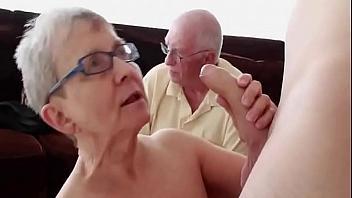 Anciana se come una verga mientras el marido observa alucinado