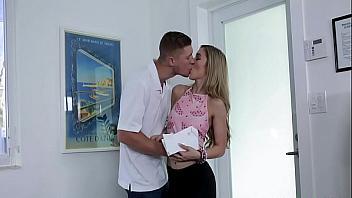 Hipnotiza a la puta de su novia para follársela bien duro