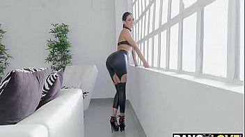 Latina con ganas de nuevas experiencias prueba el sexo anal