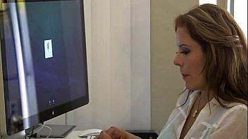 Madre descubre que su hijo se masturba con ella y se pone cachonda