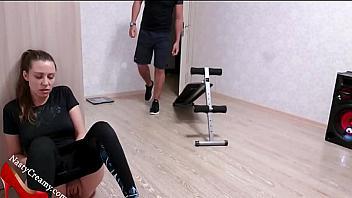 Su entrenador la descubre masturbándose y se la folla como una perra