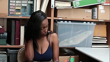Negrita joven follada por el guardia por robar en una tienda