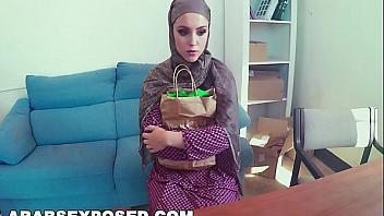 Engañan a una mujer árabe para poderle meter la polla en su coño peludito