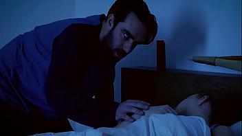 Se folla a su propia madre mientras el padre duerme en la misma cama