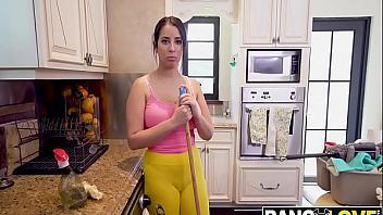 Nina Lopez acepta dinero para desnudarse y follar con su jefe