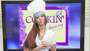 Cocinera tetona se pone cachonda mientras está en la tele y quiere polla