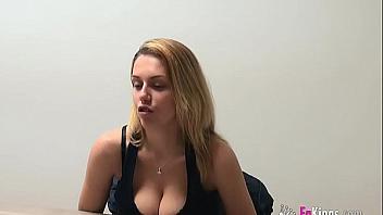 Rubita española con un buen par de tetas se inicia en el porno