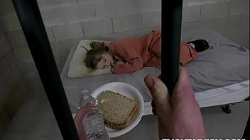 Abusa de una presa y la viola en la cárcel