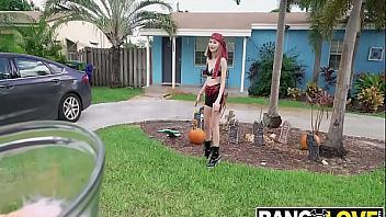 Alicia Williams celebra Halloween follando en una furgoneta