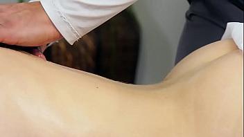 Un masajista se folla a Diana Grace delante de su marido