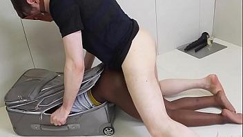 Mete a su perra sumisa en la maleta para hacerle sexo anal