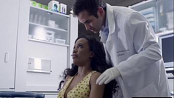 Su nuevo dentista se la folla por sorpresa en la consulta