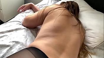 Penetra a la tetona de su novia mientras está durmiendo