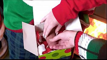 Britney Light y Mazzy Grace reciben una polla como regalo de Navidad