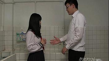 Estudiante muy puta pajea a un compañero de clase en el baño