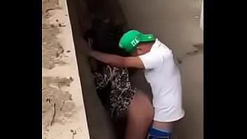 Joven pareja pillada cogiendo en medio de la calle