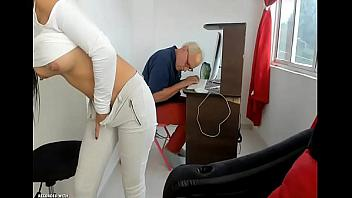Nieta perturbada se masturba con el abuelo al lado
