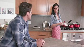 Manosea y folla a su madre mientras está cocinando
