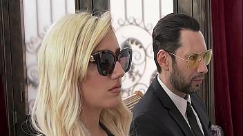 Viuda se deja follar por otro tío en el funeral de su marido