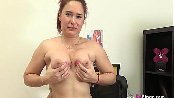 Yasmina se estrena en el porno amateur follando duro