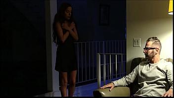Su padre la viola a cambio de no castigarla sin salir