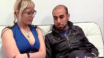 Observa a su novia follar con otro y se apunta a la fiesta (español)