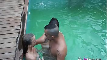 Vacaciones sexo sol y piscinita (porno español)