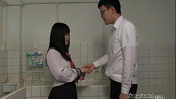 Colegiala le saca todo el semen en el baño a un compañero de estudios