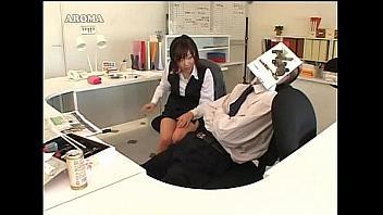 Secretaria muy puta pajea a su jefe para chantajearle después