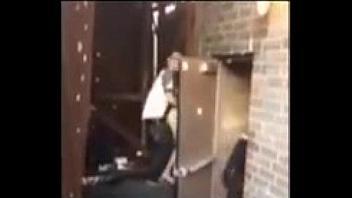 Pillados cogiendo detrás de la puerta trasera de la disco