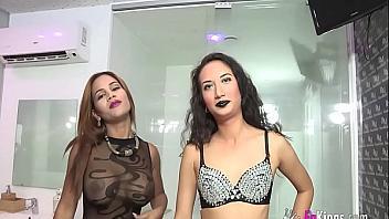 Dos zorritas hacen feliz a un yogurin de 18 años (español)