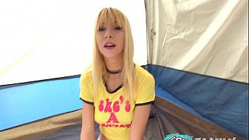 Kenzie Reeves se divierte en el camping follándose a su hermano