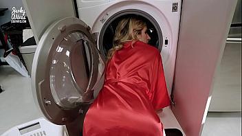 Madurita se queda atascada en la lavadora y su hijo se la folla