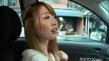 Chica de Tokyo come la polla de su chico en el coche