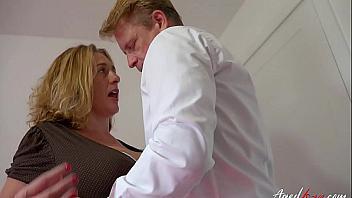 Secretaria muy puta invita a su jefe a que se la folle fuerte