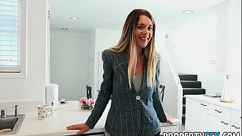Gabbie Carter folla con un cliente para venderle una casa