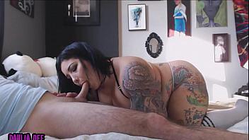 Tatuada con grandes tetas demuestra lo bien que follan las gordas