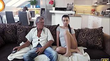 Soba el coño de su hija y la folla en el salón (incesto)